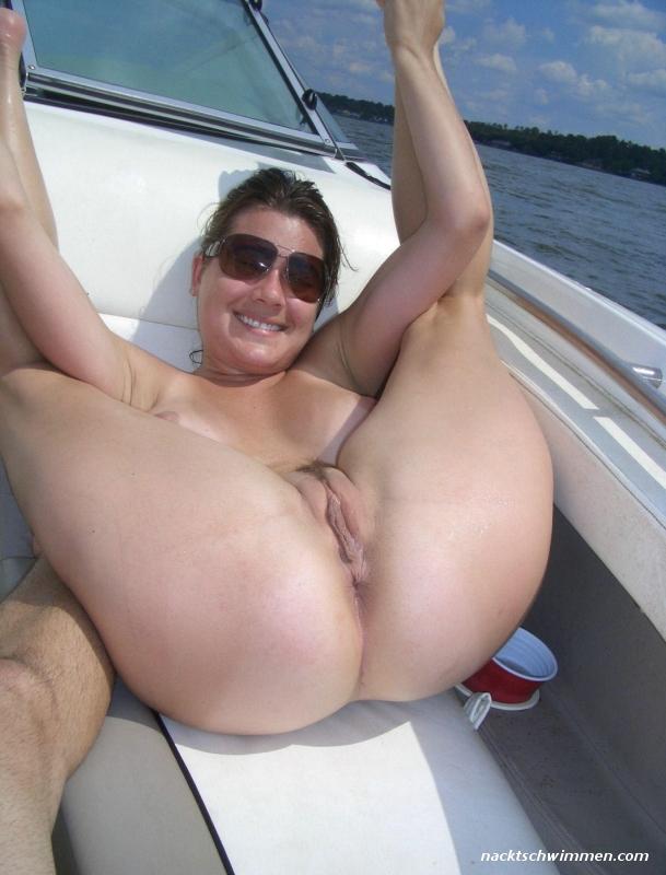 Paare dem boot auf nackt