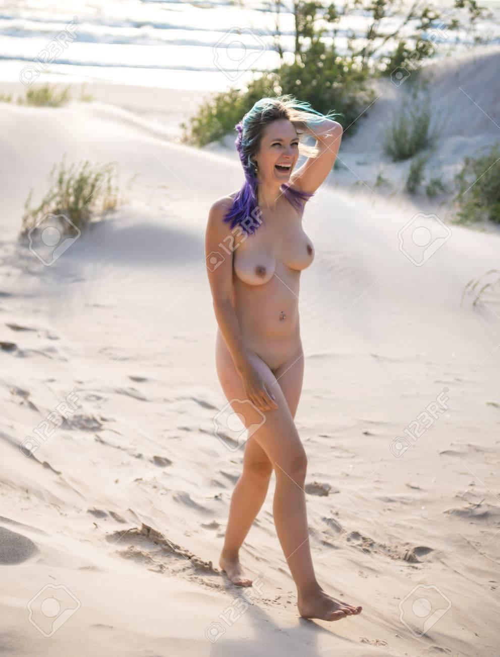 Posiert madchen autos auf nackte sexy