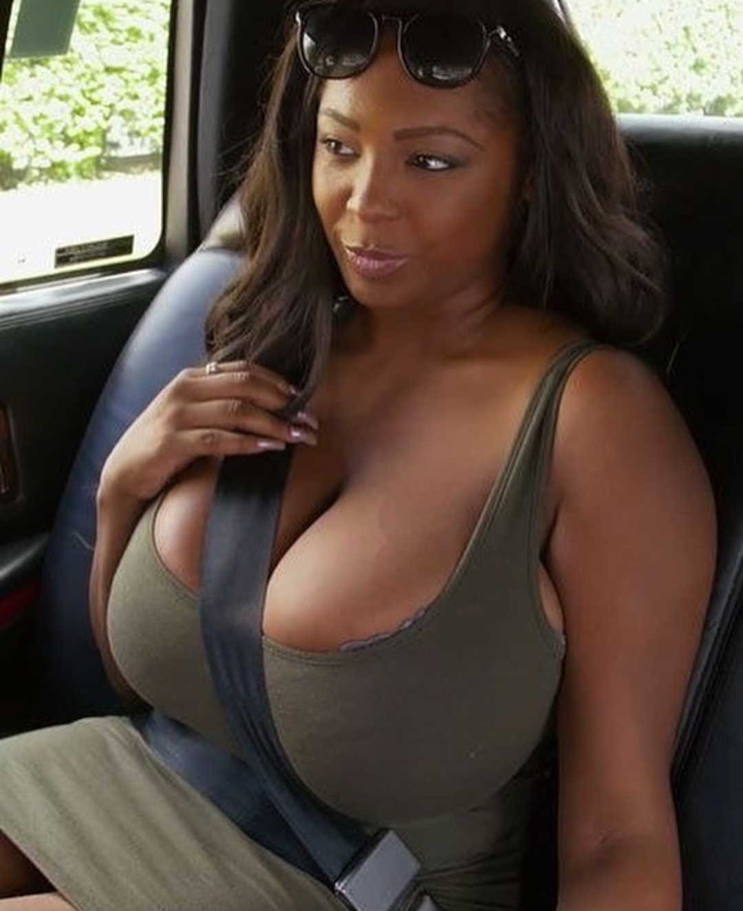Chubby beugte busty uber madchen sich