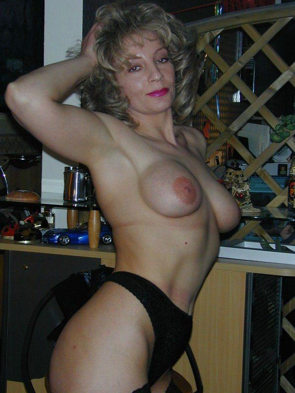 Reife brunette nackt nackte milf