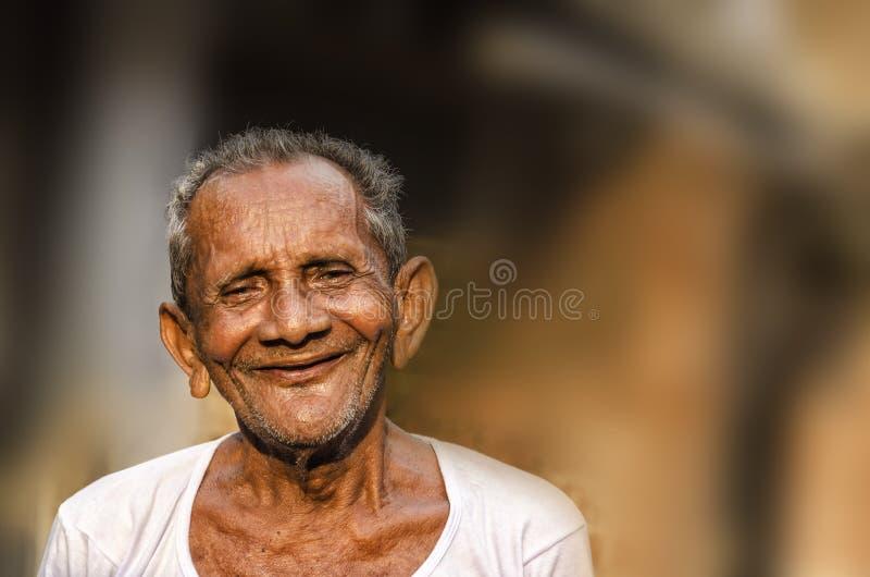 Mann indischer madchen alter junges
