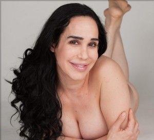 Mit boobs hangenden kopfe rote