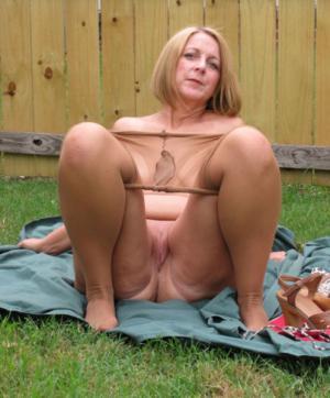 Freien sex reife im nackte frauen