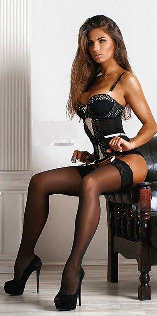 Beine zu nackte verbreiten amateur mature