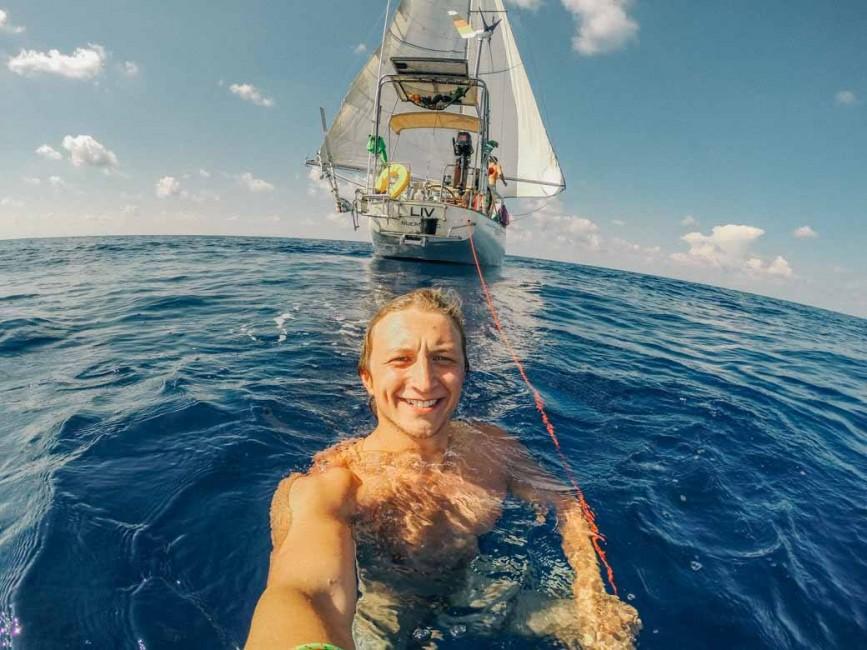 Dem ponton boot auf nackt