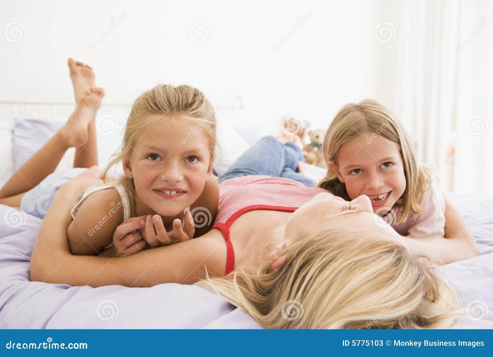 Einem bett heie madchen auf nackt junge