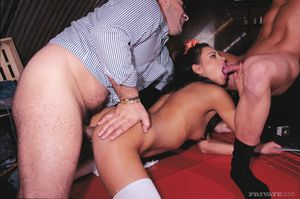 Sex vorgehaltener waffe madchen gezwungen mit