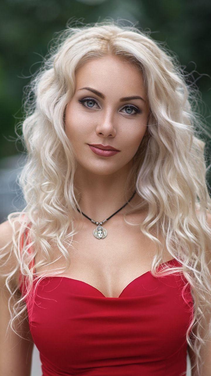 Frau nude eyed blonde blue