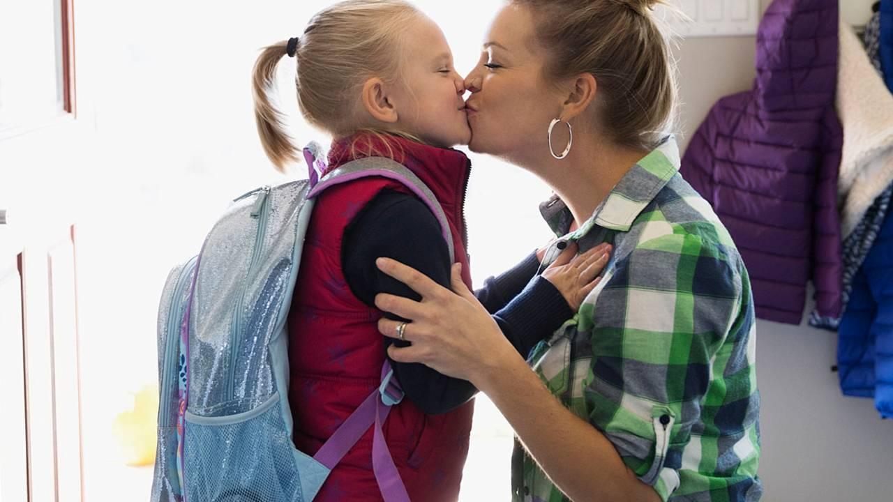 Junge kussen sehr mama madchen